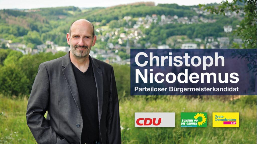 Porträt von Bürgermeisterkandidat Christoph Nicodemus mit den Parteilogos von CDU, FDP und den Grünen